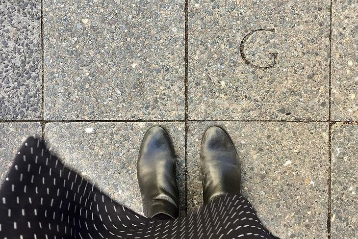 Gewegplatte mit eingraviertem Initial G für Goldkind