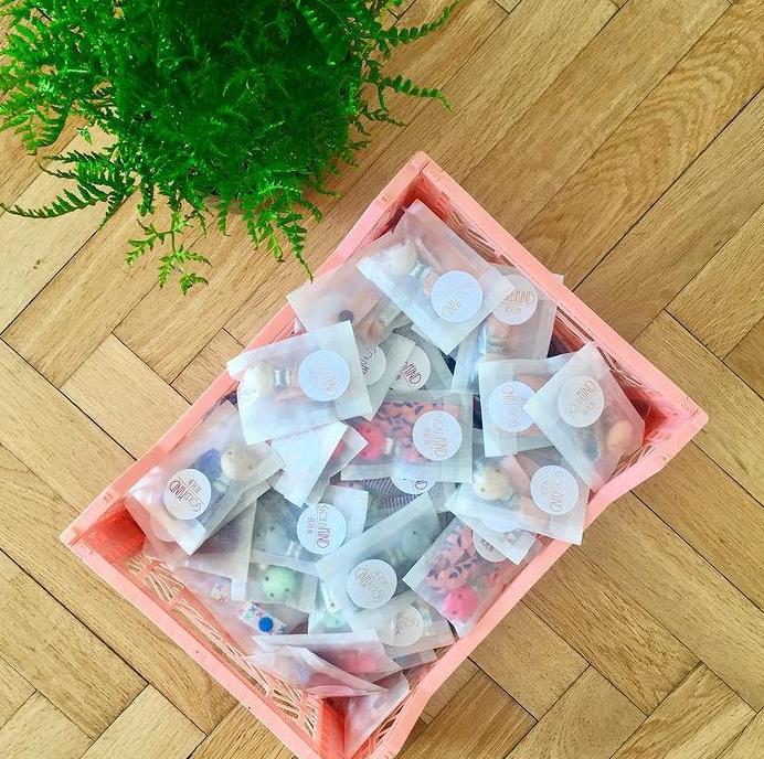 Schnullerbänder in Pergamin verpackt
