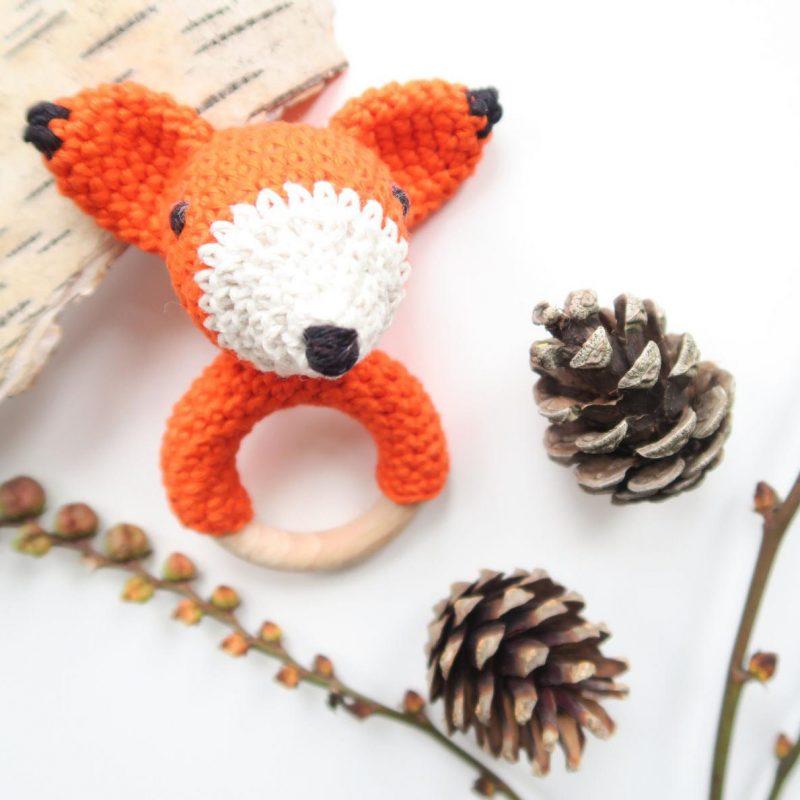 Beißring Fuchs, umhäkelter Holzring, Amigurumi